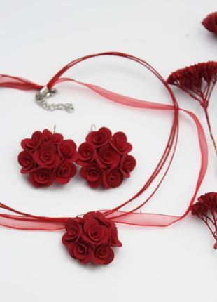 Красный комплект украшений с розами