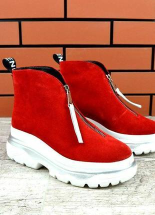 Замшевые теплые ботинки на высокой подошве