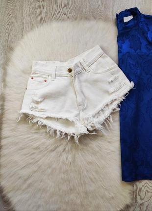 Белые джинсовые плотные шорты высокая талия посадка секси рвание снизу дырками