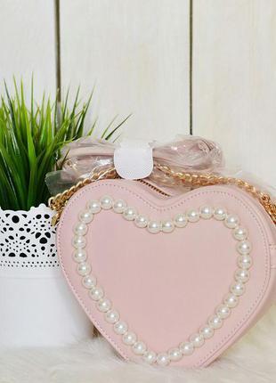Пудровая сумочка через плече в форме сердца с отделкой жемчугом от asos