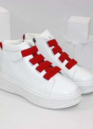 Белые высокие кроссовки сникерсы на красной липучке