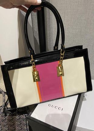Невероятно красивая стильная лаковая сумка