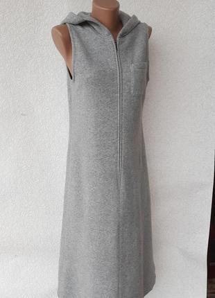 Теплое длинное платье с капюшеном