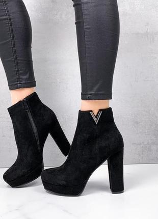 Женские демисезонные замшевые ботинки ботильоны на каблуке и платформе