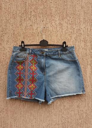 Джинсовые шорты с вышивкой