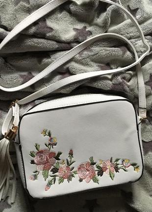 Новая сумочка через плечо белая с вышивкой