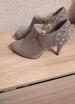 Ботинки ботильоны с шипами замшевые ботінки graceland