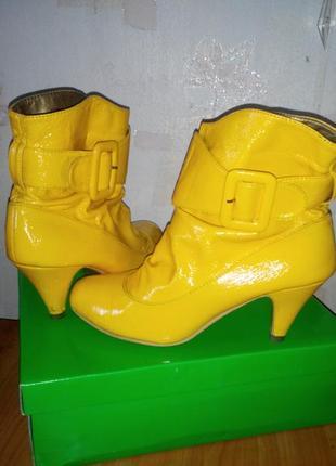 Яркие желтые ботинки