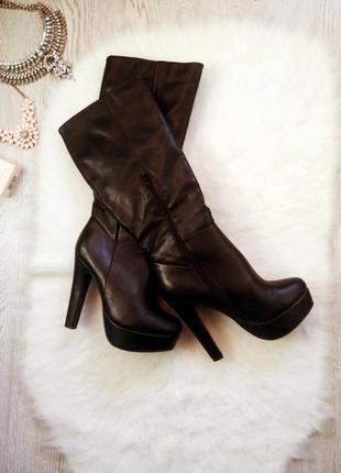 Черные высокие деми сапоги на высоком устойчивом каблуке и платформе кожаные