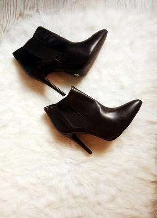 Черные кожаные натуральные полусапожки ботильйоны высокий каблук шпилька с острым носком