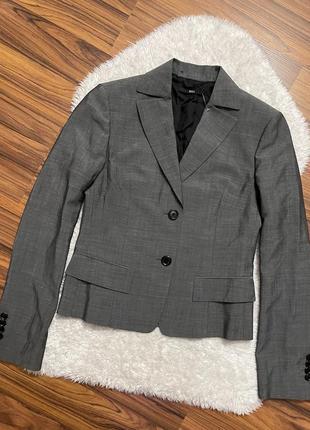 Укорочённый приталенный серый пиджак hugo boss размер xs