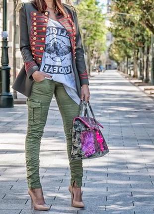 Узкие джинсы цвета хаки с карманами и замками