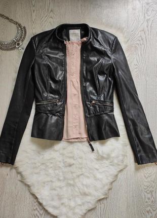 Черная кожанка косуха короткая кожаная куртка с баской вставками стрейч тканевыми