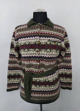 Теплая зимняя шерстяная кофта с орнаментом на пуговицах.