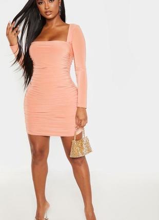 Персиковое  облегающее платье с квадратным вырезом и сборками спереди