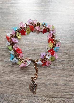 Летний легкий яркий браслет на цепочке с цветочками