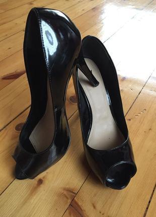 Туфли лаковые с открытым носком,классика h&m