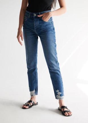 Синие мом-джинсы с рваностями момы mom