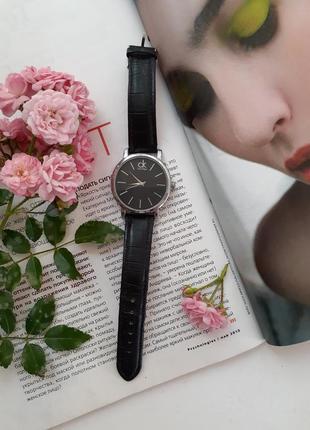 Часы аналоговые с ремешком из натуральной кожи кварцевые