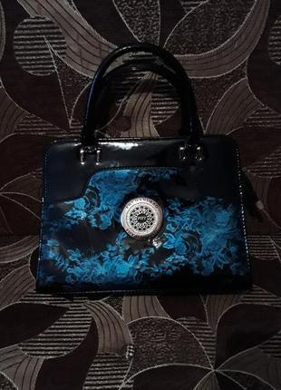 Красивая лаковая сумка