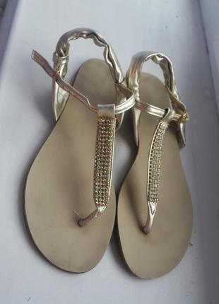 Шикарные золотые босоножки,сандалии на низком ходу,шлепанцы ,вьетнамки