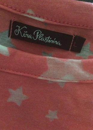 Яркая удлиненная футболка с открытыми плечами со звездочками kira plastinina