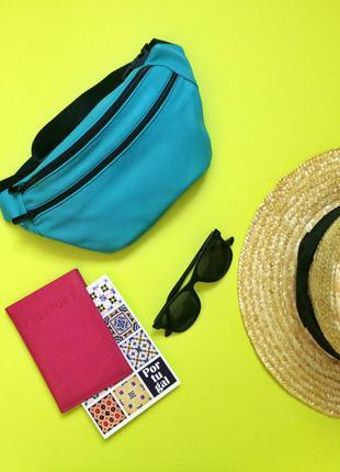 Яркая кожаная сумка на пояс , бананка ,бирюзовая поясная сумка .компактная летняя сумка