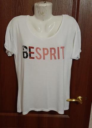 Беленькая футболочка размера 46-48.