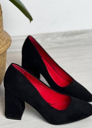 Черные туфли лодочки на устойчивом каблуке