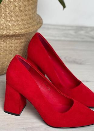 Красные туфли лодочки на устойчивом каблуке