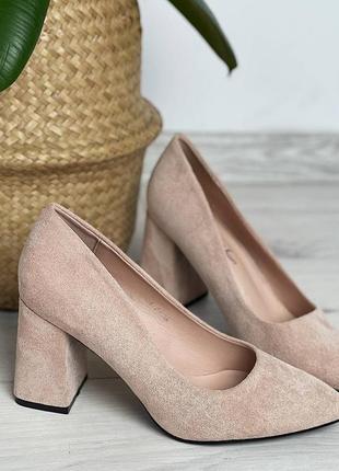 Бежевые туфли лодочки на устойчивом каблуке