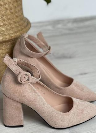 Бежевые туфли лодочки с ремешком