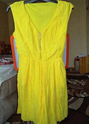 Яркое платье stradivarius