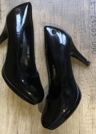 Подарок туфли лаковые на шпильке 37 р.