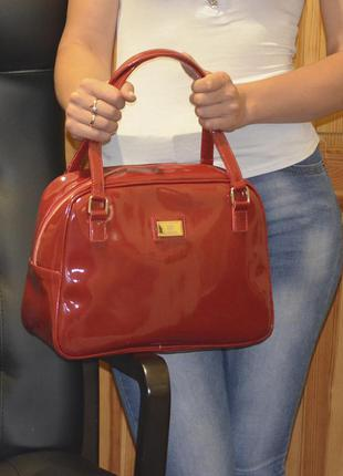 Красная лаковая сумка саквояж
