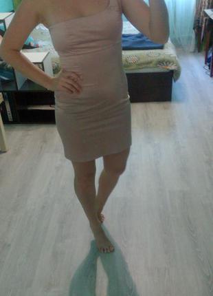 Классное платье на одно плече.