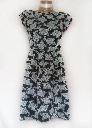Фактурное стильное серое платье с цветочным принтом