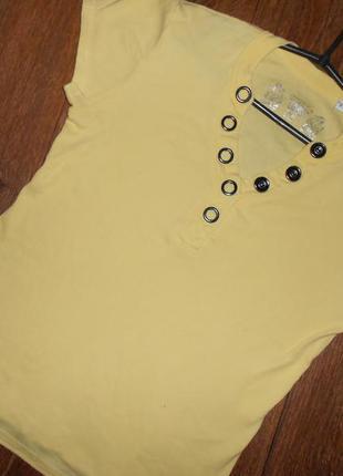 Яркая футболка с большими кнопками