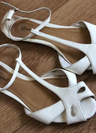 Белые лаковые босоножки