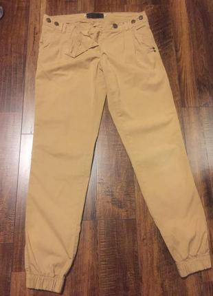 Бежевые брюки на резинках