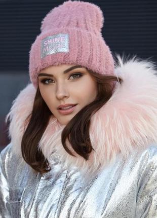 Красивая шапка с блестящей нашивкой