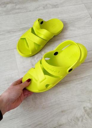 Женские салатовые шлепанцы кроксы пляжные