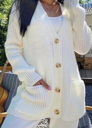 Молочный вязаный прогулочный костюм
