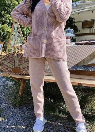 Пудровый вязаный прогулочный костюм
