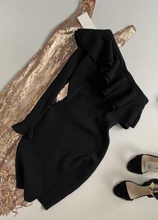 Чёрное платье футляр на одно плече с воланом