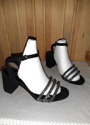 Чёрные босоножки с блестящими ремешочками и силиконовыми вставками