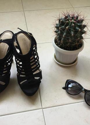 Модные замшевые босоножки на высоком каблуке