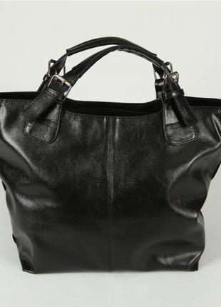 Черная сумка шоппер женская в глянцевом кожзаменителе с ремешком