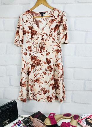 Нежное платье в цветы с v- образным вырезом
