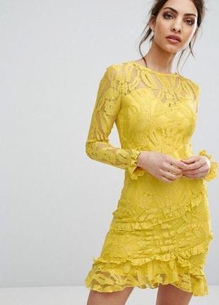 Желтое кружевное платье prettylittlething